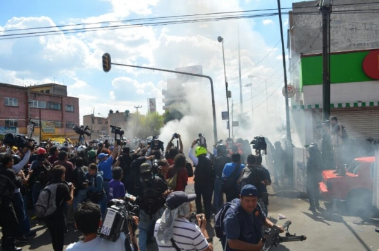 Otra imagen de los enfrentamientos en marcha hacia Congreso.