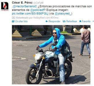 Policías encapuchados en motocicletas.