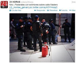 Federales con extintores sobre Madero
