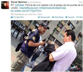 Policía con camiseta de los Pumas en Tlatelolco