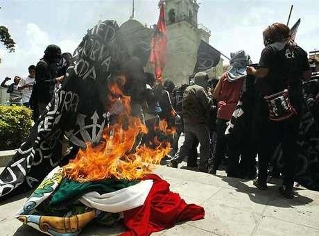 anarcos-queman-bandera-reforma